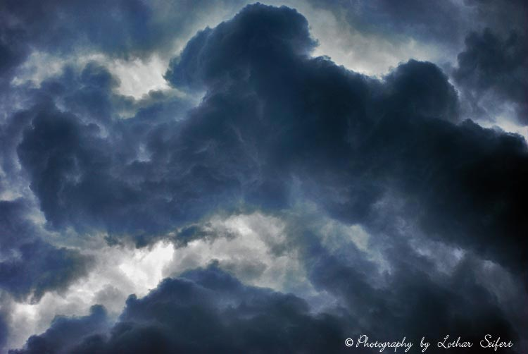 Wolken ziehen majesttisch am Himmel Hier kommt gleich viel Wasser vom Himmel Fotos und Bilder