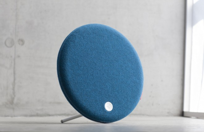 Libratone_Loop_IcyBlue_Concret_01_verge_super_wide-660x427