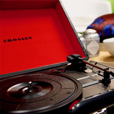 Platine vinyle Crosley Cruiser Deluxe noir intérieur rouge