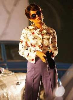 Kangana Ranaut en chemise fleurie et jupe droite avec fente avant.