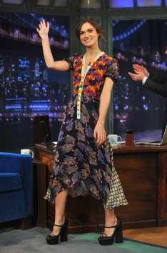 Keira Knightley dans une robe du designer Duro Olowu. Parfait look vintage avec les escarpins retro à talons compensés