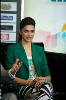 Deepika Padukone dans une jolie veste verte et un leggings zébré.