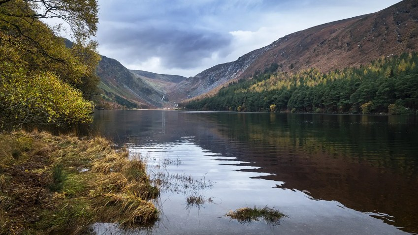 Upper Lake Glendalough cascade lac montagnes automne Wicklow Mountains