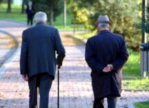 """< img src=""""https://www.la-notizia.net/anziani"""" alt=""""anziani"""""""