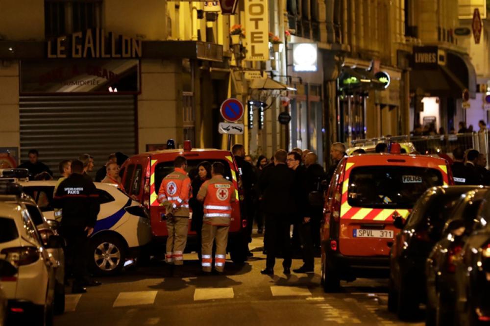 Passanti aggrediti a Parigi