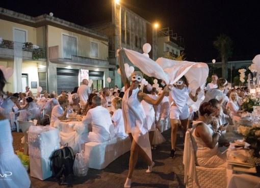 "< img src=""https://www.la-notizia.net/cena-in-bianco"" alt=""cena in bianco"""