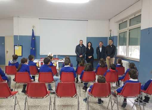 """< img src=""""https://www.la-notizia.net/banco-scuola"""" alt=""""banco scuola"""""""