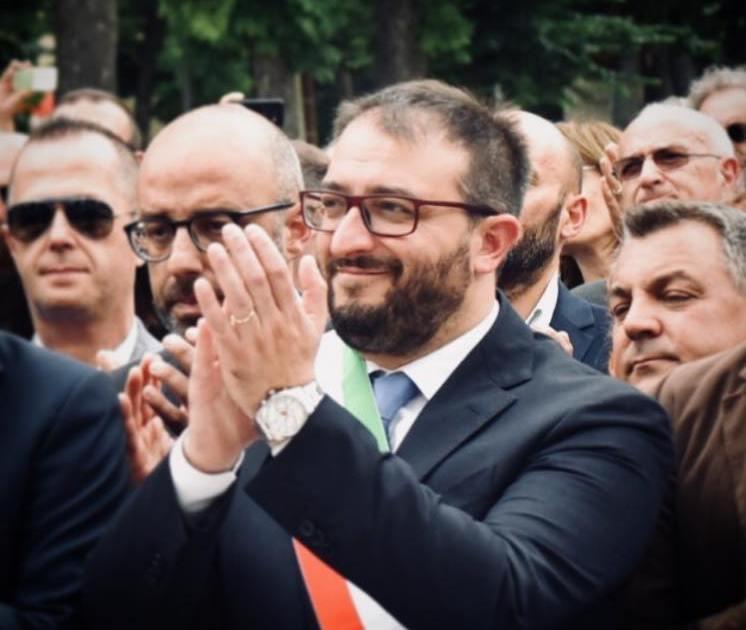 "< img src=""https://www.la-notizia.net/sindaco"" alt=""sindaco"""