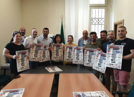 "< img src=""https://www.la-notizia.net/tavolata"" alt=""tavolata"""