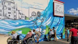 Les habitants de la commune de Monts participent à la réalisation d'un gigantesque graff sur l'espace Jean Cocteau