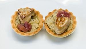 Casa Juan.- Tartaleta de crema de alcachofas con foie a la plancha y jamón.