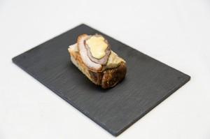 Casa Juan.- Penca de acelga a la plancha con cebolla pochada, azafrán, queso de oveja y jamón picado.