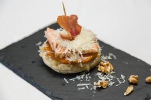 Mi Ritmo.- Tosta de calabaza con cebolla pochada, queso y jamón con nueces.