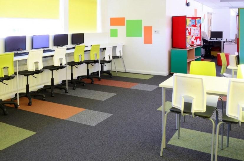 Akatemia_koulu_opetustila_burmatex_tivoli-loop-pile-carpet-tiles-hall-park-academy-04-1200x795_laattasuora_textiilipalamatto_textiilimatto_palamatto