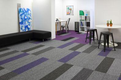 Showroom_tekstiililankku_burmatex_tivoli-carpet-planks-tufted-loop-pile-grey-purple-studio-0039_laattasuora_textiilipalamatto_textiilimatto_palamatto