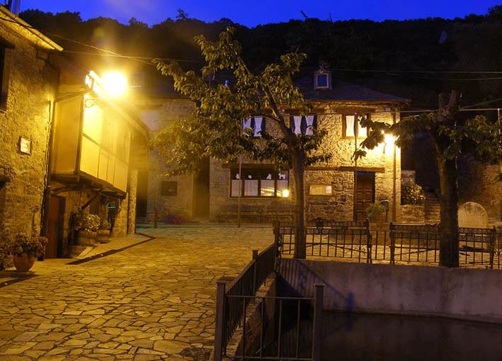 Plaza de Labaniego de noche