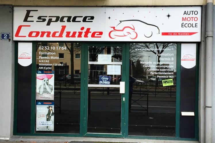 Changement de l'enseigne pour auto école rue des Martyrs nantais, Nantes. Caisson lumineux en hauteur, adhésifs et panneau dibond sur les extérieurs