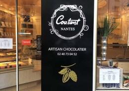 Adhésifs découpés à la forme pour le chocolatier Coutant dans le centre-ville de Nantes (44)