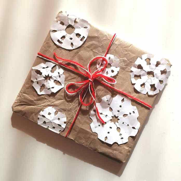 confezione regalo con fiocchi di neve fai da te