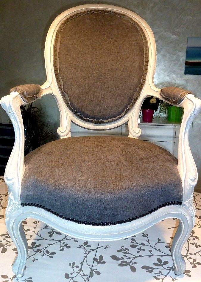 Fauteuil mdaillon relook style Louis XV  La Belle Assise