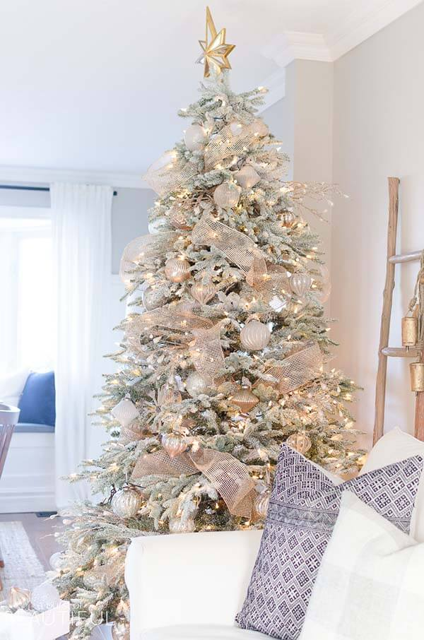 Gorgeous Rose Gold Christmas Tree | Want ideas for a themed Christmas decor this year? There is nothing more elegant and feminine that pink gold decor and the sky is the limit when looking for pink gold Christmas decoration. From pink Christmas tree, elegant gold pink Christmas decoration and ornaments, gold pink xmas wreaths, gold pink ideas DIY and the cutest gold pink Christmas decor from the dollar store. #pinkchristmas #pinkgoldchristmas #pinkchristmasdecor #pinkchristmasaesthetic #themedchirstmas