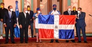 Las Águilas Cibaeñas recibieron la bandera dominicana para la Serie del Caribe.