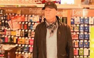 Bruce Willis fotografiado sin mascarilla