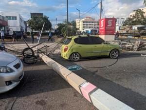 Uno de los postes de luz derribados yace en pleno pavimento