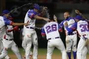 Jugadores del equipo dominicano celebran tras concluir el emocionante partido.