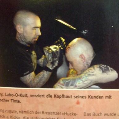 Guy tattooing at Bregenz Tattoo Convention, Bericht Tätowiermagazin