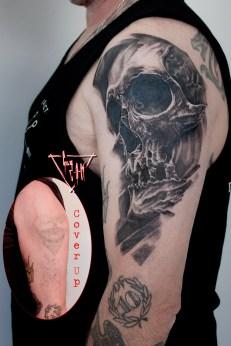 Cover Up mit einem Totenschädel Kohlezeichnung | Guy Labo-O-Kult