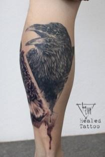 Krähe im realistisch-Kohlezeichnen Labo-O-Kult Stil - Abgeheiltes Tattoo