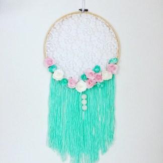 capteur-de-reves-dentelle-floral-turqoise-blanc-rose-franges-la-boite-ateliers-creatifs