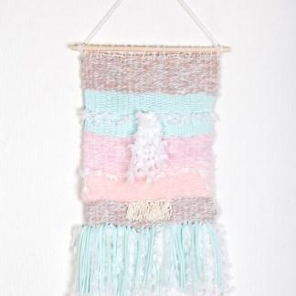Tissage-mural-étagé-bleu-rose-corail-franges-plumeau-7751