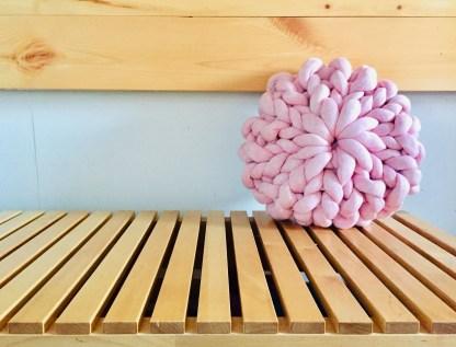 coussin-12po-tricot-rosace-la-boite-ateliers-creatifs-vieux-rose