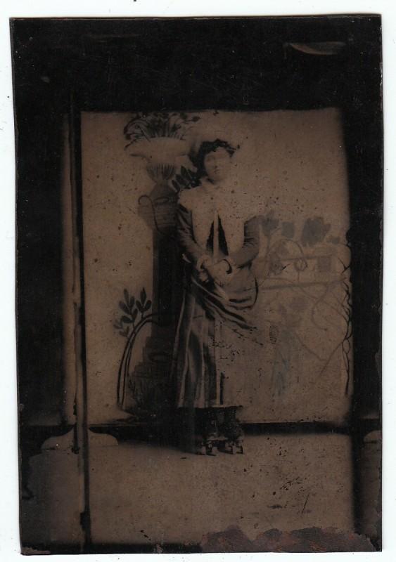 elegant une femme en patins roulettes luancienne with roulette ancienne. Black Bedroom Furniture Sets. Home Design Ideas