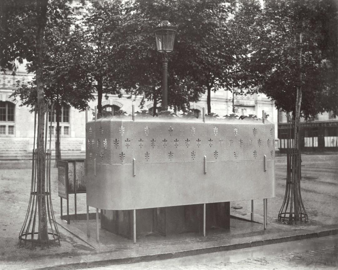 06 Charles Marville Urinoir en ardoise à 6 stalles avec écran surélevé Boulevard des Batignolles ca 1080x863 Les urinoirs publics de Paris en 1865 par Charles Marville