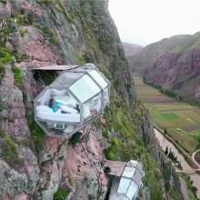 Dormez dans une capsule transparente à flanc de falaise au Pérou