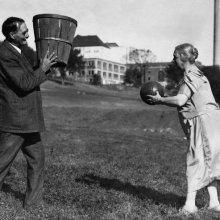 James Naismith, inventeur du basket-ball, s'entraîne avec sa femme
