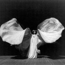 Loïe Fuller a utilisé des voilages et des lumières multicolores pour révolutionner la danse