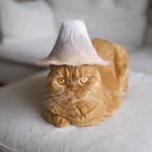 L'artiste japonais qui fait des chapeaux pour ses chats avec leurs poils perdus