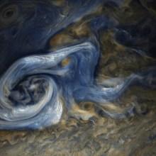 Des volutes marbrées s'enroulent à la surface de Jupiter