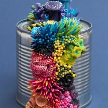 Des objets abandonnés envahis de sculptures organiques