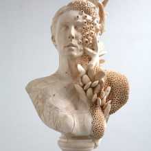 Des sculptures surréalistes dans de simples madriers de construction