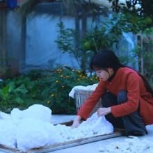 La fabrication traditionnelle chinoise d'un édredon en soie de bombyx