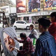 Des affiches de cinéma géantes peintes à la main, une tradition de Taïwan