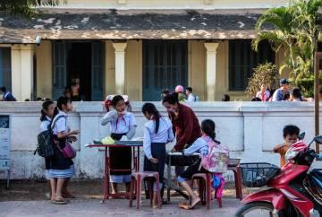Laos, bambini all'uscita di scuola