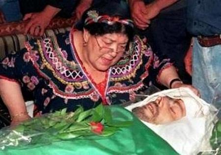 La madre,Na-Aldjia lancia il trillo dei martiri davanti alla salma del figlio