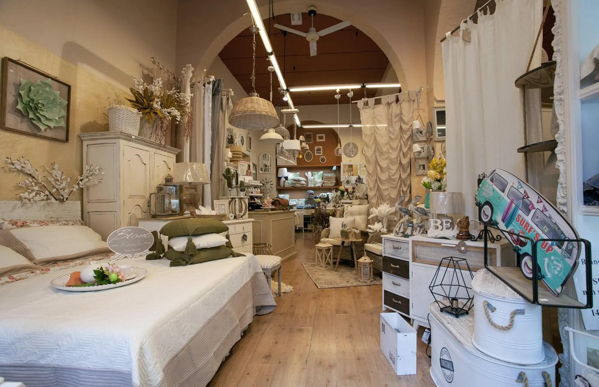 """Quando si parla di """"negozio shabby chic"""", il pensiero corre veloce a dalani , il primo shopping club in italia, che può arrivare a scontare un prodotto fino al 70%. Negozio Online Arredamento Shabby Arredamento Provenzale Online Industrial"""