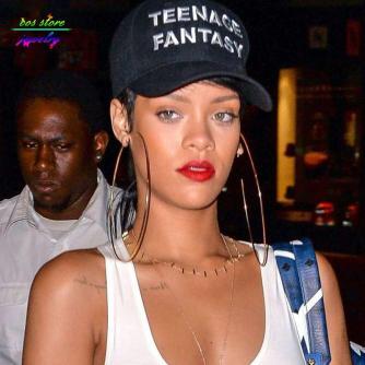 Rihanna con un paio di orecchini a cerchio decisamente oversize